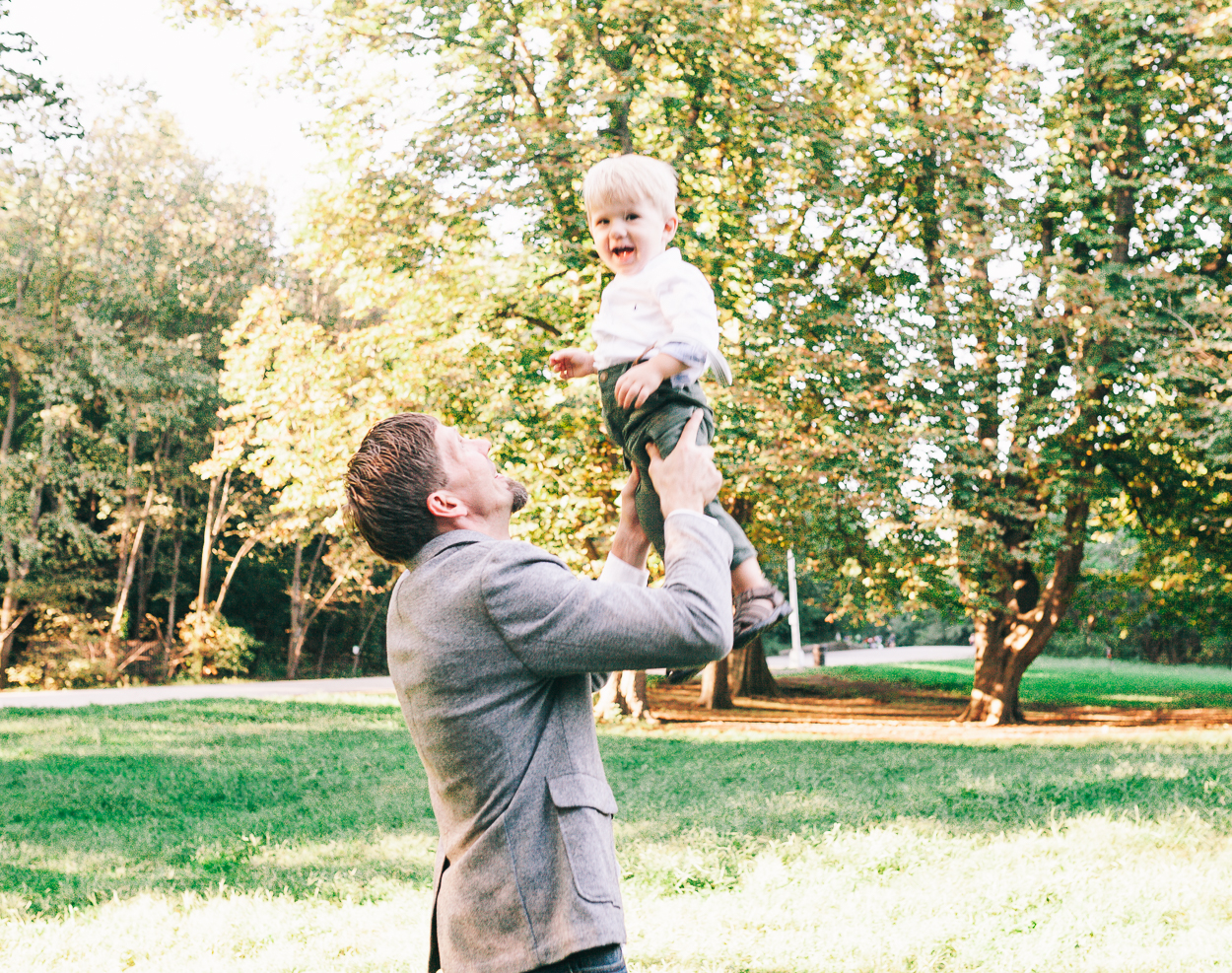 daddy lifting up son in brooklyn family photography prospect park charis elisabeth 1787