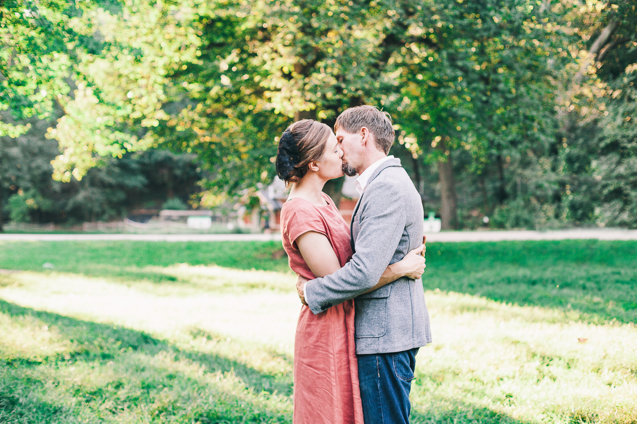 couple kissing in prosepct park in brooklyn family photography prospect park charis elisabeth 6